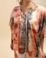 Blusa-Cafta-Tecido-Acetinado-Estampado-com-Assimetria-Decote-Trancado-Estampado