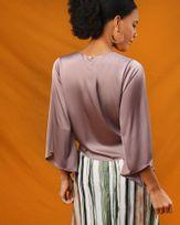 Blusa-Tecido-Acetinado-Frente-com-Amarracao-Mangas-Assimetrica-Safari-